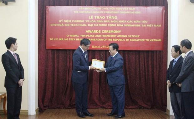 Singaporean Ambassador honoured with friendship insignia hinh anh 1
