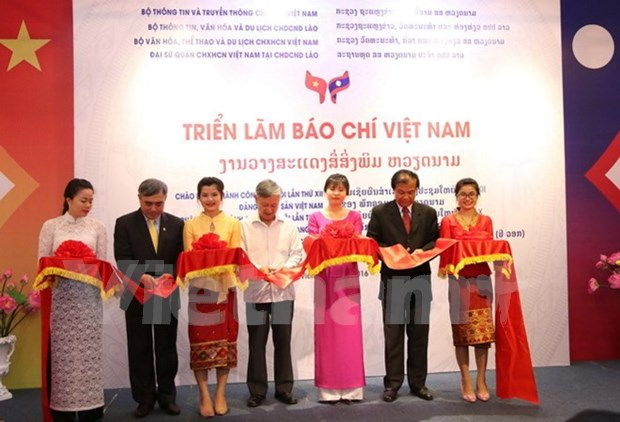 Vietnamese press exhibition underway in Laos hinh anh 1