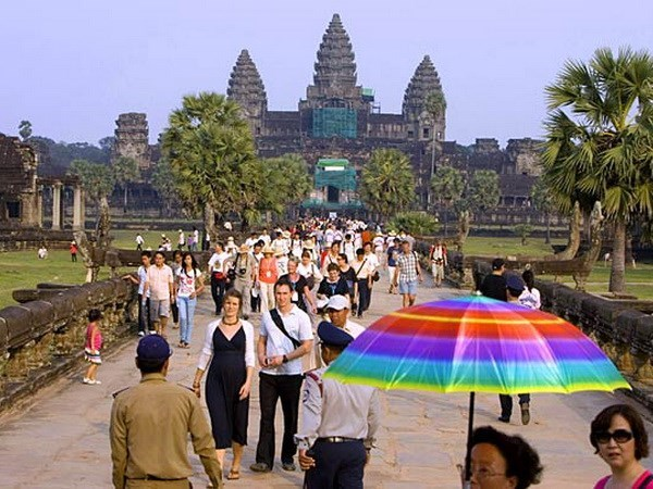 Cambodia: Tourist sites attract visitors during traditional festival hinh anh 1
