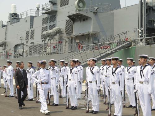 Japanese maritime self-defence vessels visit Vietnam hinh anh 1