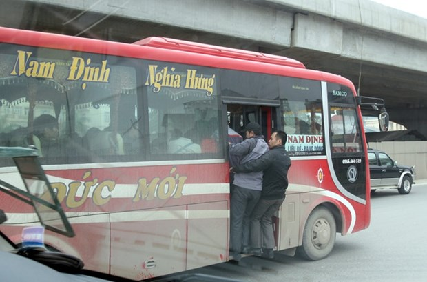 Hanoi cracks down on overcrowding in coaches hinh anh 1