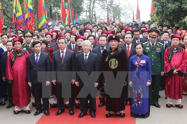 Party chief offers incense to commemorate Hung Kings hinh anh 1