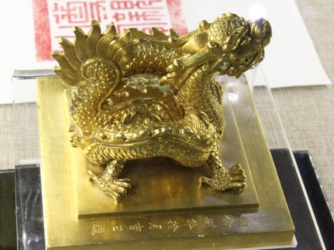 Nguyen Dynasty's imperial treasures on display in Hue hinh anh 1