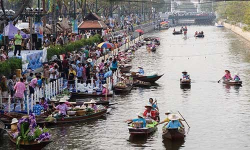 Education fair at Thai floating market generates over 340,000 USD hinh anh 1