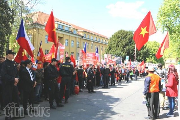 More protest letter sent to Chinese Embassy abroad hinh anh 1