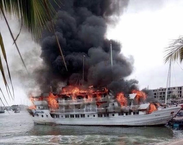 All 37 tourists saved from burning ship on Ha Long Bay hinh anh 1
