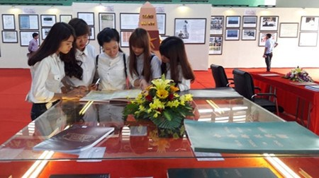 Maps, documents on Hoang Sa, Truong Sa on display in Hoa Binh hinh anh 1