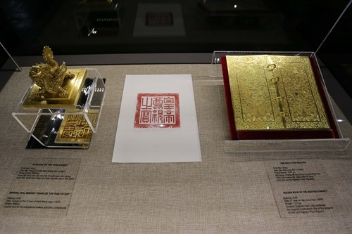 Hue displays royal golden books hinh anh 1