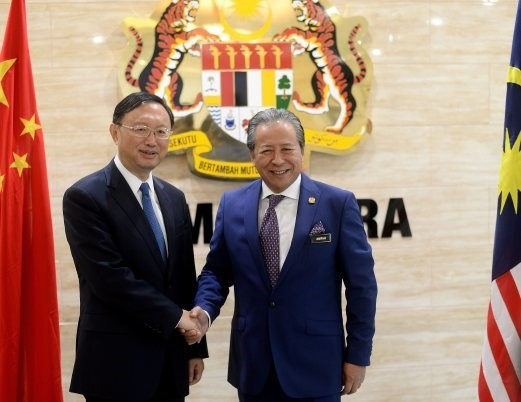 Malaysia, China agree to settle East Sea issues through DOC hinh anh 1