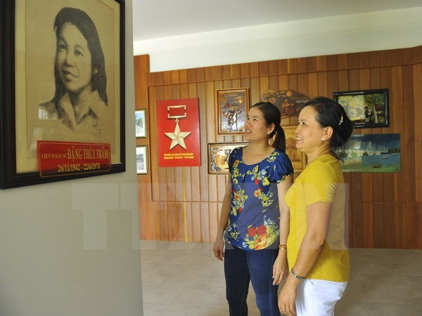 War veteran writer presents historic documents to museum hinh anh 1