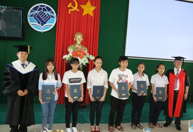 RoK presents scholarships to Thua Thien-Hue students hinh anh 1
