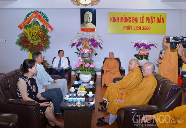 VFF leader visits Buddhist dignitaries, followers in HCM City hinh anh 1