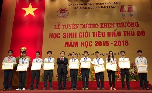 Hanoi honours over 1,100 outstanding students hinh anh 1