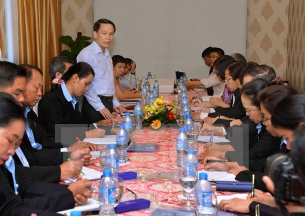 Vietnamese, Lao journalists exchange professional skills hinh anh 1