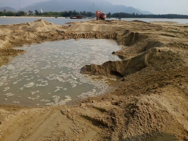 Sand clogs seaports, causes trouble for fishermen hinh anh 1
