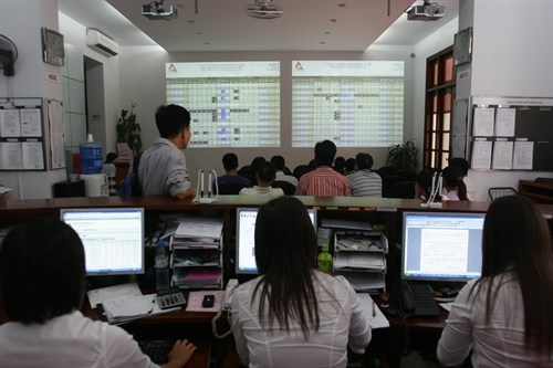 Vietnamese shares drop on lower oil prices hinh anh 1