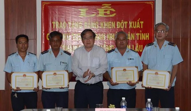 Goods smuggling discovered at Moc Bai border gate hinh anh 1