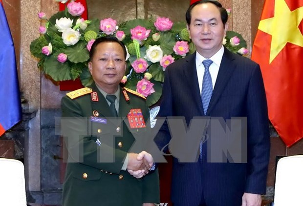 President urges Vietnamese, Lao armies to boost ties hinh anh 1