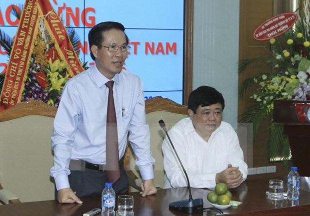 Party official meets Vietnamese representatives abroad hinh anh 1
