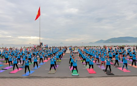 Hanoi celebrates 2nd International Yoga Day hinh anh 1