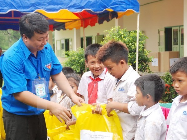 Hanoi youths join voluntary activities in Laos hinh anh 1