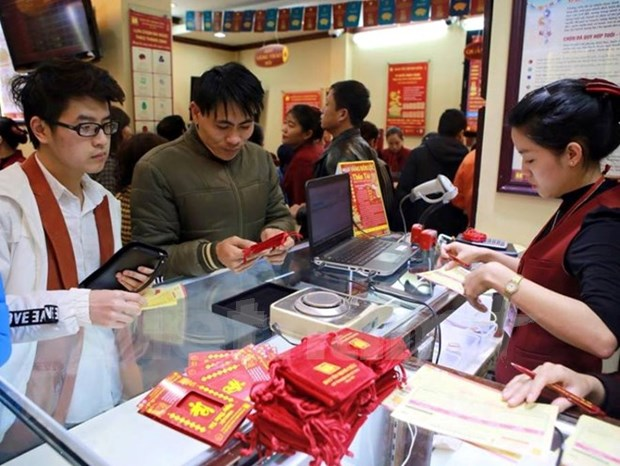 Gold price hits two-year high hinh anh 1