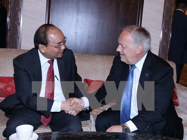 PM Nguyen Xuan Phuc active on ASEM sidelines hinh anh 2