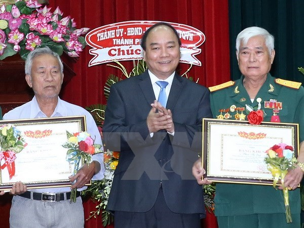 Prime Minister honours outstanding war heroes hinh anh 1