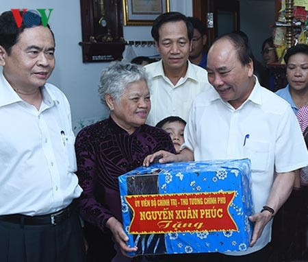 PM visits policy beneficiary families in Can Tho hinh anh 1