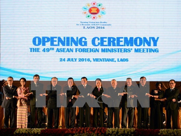 ASEAN foreign ministers deeply concerned over East Sea issue hinh anh 1