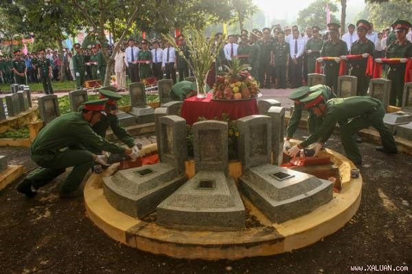 Volunteer soldiers' remains laid to rest in Tay Ninh province hinh anh 1