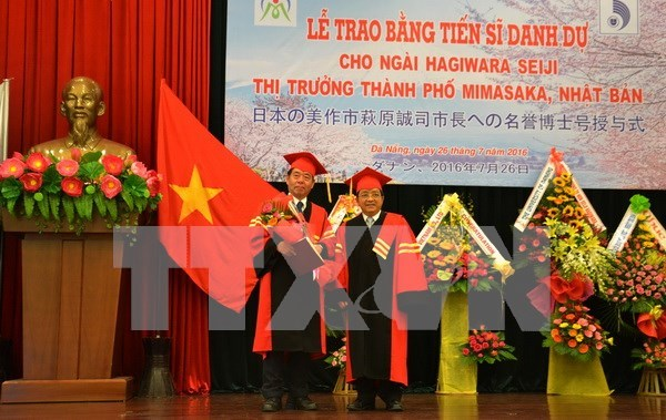 Japanese politician awarded with honorary doctorate degree hinh anh 1