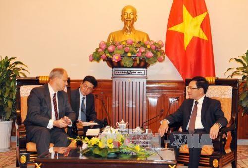 Deputy PM meets Cambodian, German ambassadors hinh anh 1