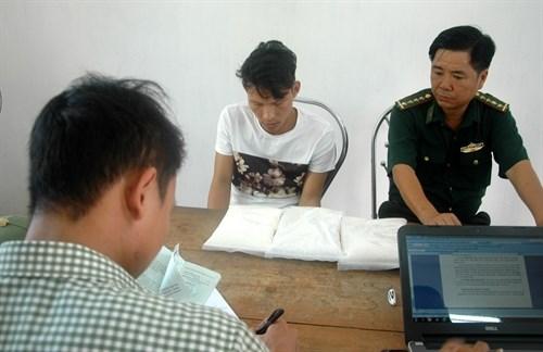 Guards on China border seize three kilos of drugs hinh anh 1