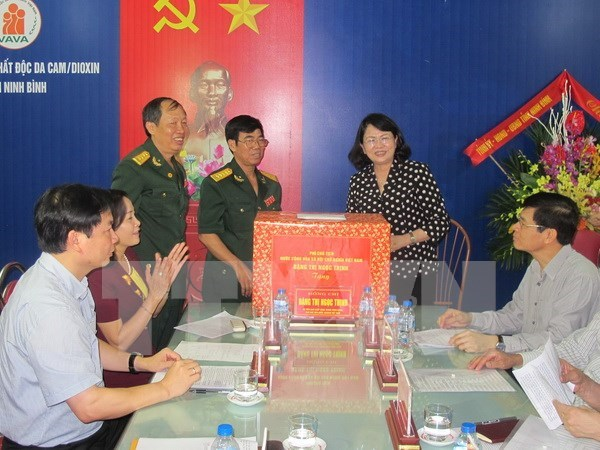 Vice President presents gifts to Ninh Binh's AO victims hinh anh 1