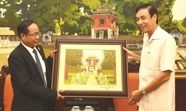 Hanoi leader receives Lao president of trade union federation hinh anh 1