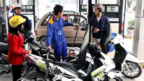 Petrol prices drop over 600 VND per litre hinh anh 1