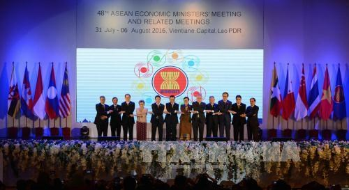 ASEAN economic ministers mull multiple issues hinh anh 1
