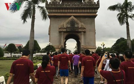 Laos holds walk to mark 49th anniversary of ASEAN hinh anh 1
