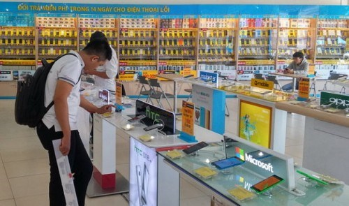 Vietnamese hang up on local phones hinh anh 1