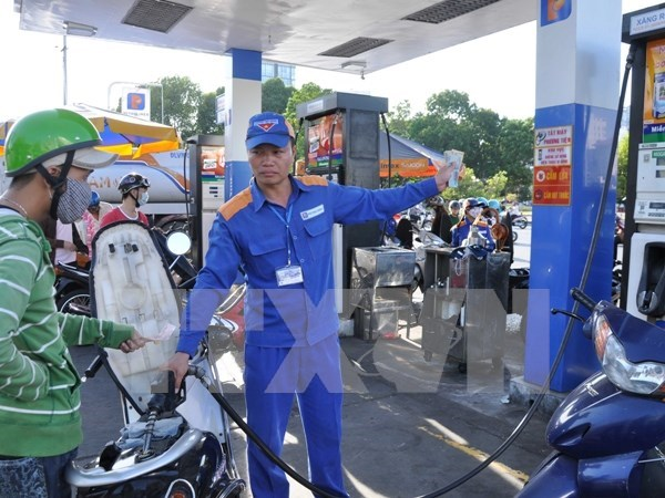 Fuel prices gain nearly 700 VND per litre hinh anh 1