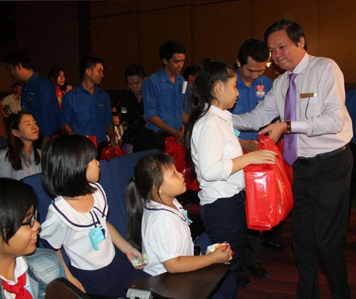 Scholarships given to disadvantage children in Binh Duong hinh anh 1