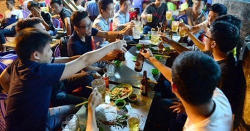 Survey looks at alcohol consumption in Vietnam hinh anh 1