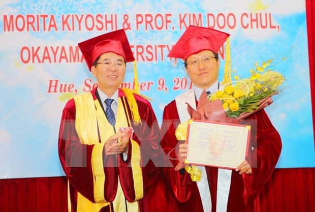 Hue University presents honorary title to Japanese professors hinh anh 1