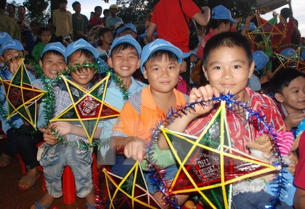 Mid-Autumn gifts given to children in central coast hinh anh 1
