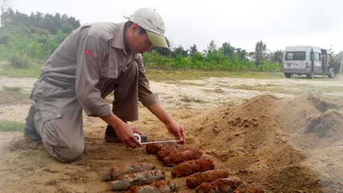 Quang Tri: 21 projectiles removed from civilian's garden hinh anh 1