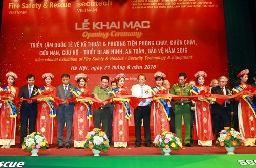 Int'l exhibition on fire safety equipment opens in Hanoi hinh anh 1