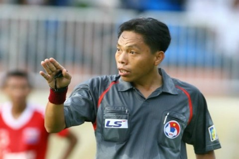 Referee wins Golden Whistle Award hinh anh 1