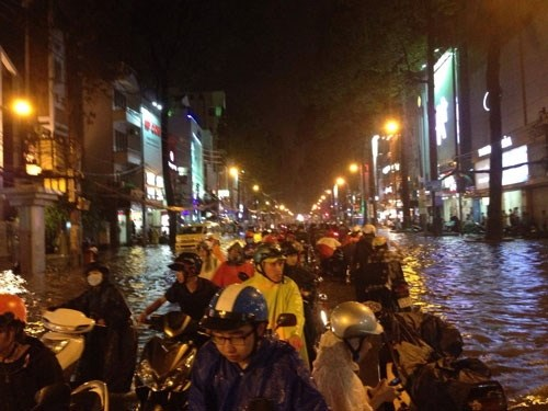 Historic rains deluge HCM City roads hinh anh 1