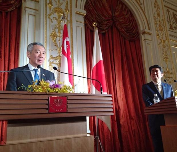 Singaporean, Japanese leaders agree on TPP, East Sea hinh anh 1
